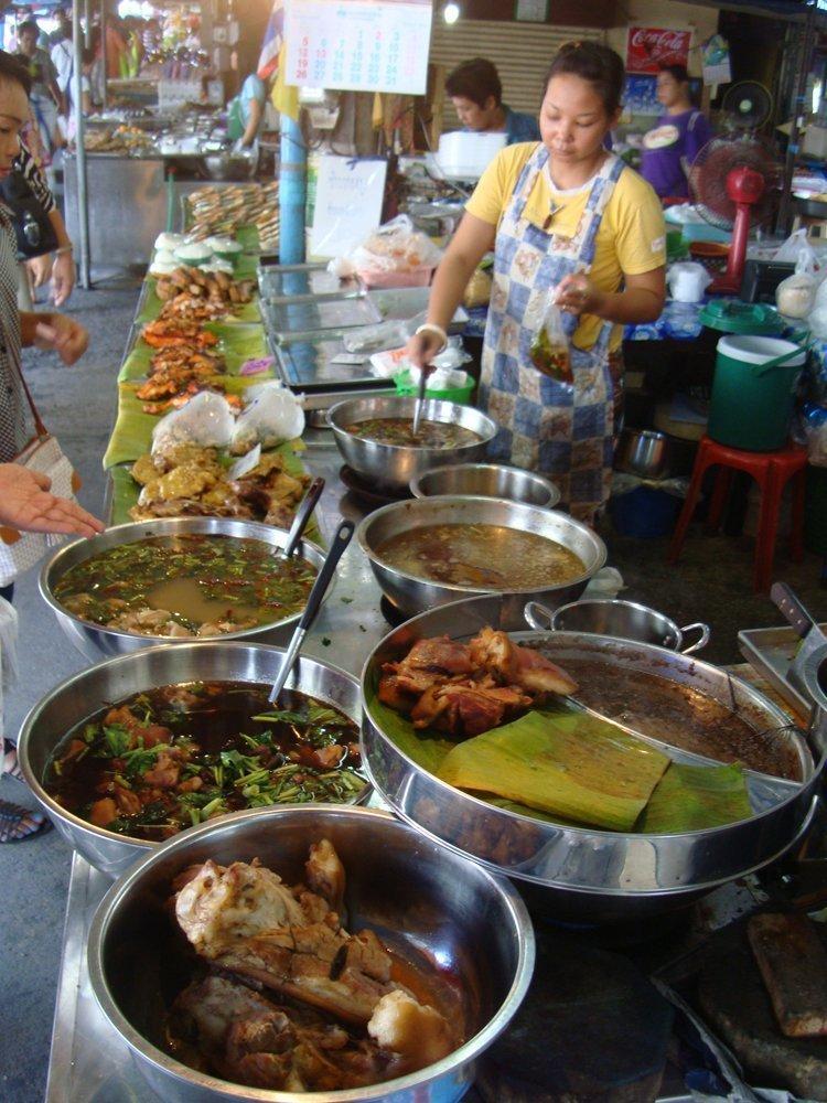 Maeklong Railway Market – Mercato vs treno