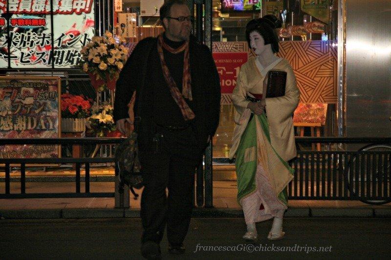 Una Geisha dall'altro lato della strada!