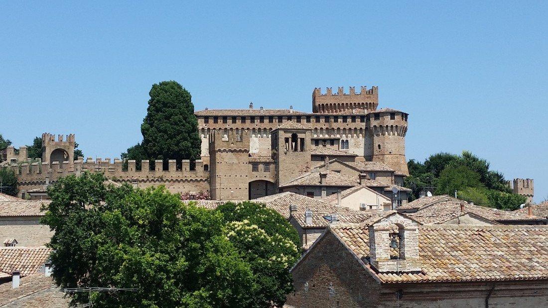 Al castello di Gradara con Paolo e Francesca