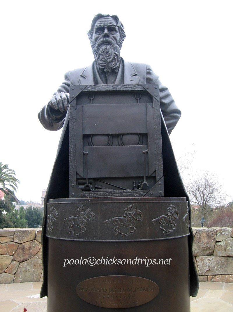 La statua a Eadweard Muybridge, pioniere della fotografia in movimento