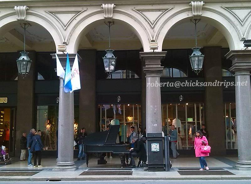 Un pianista improvvisato sotto i portici in via Roma