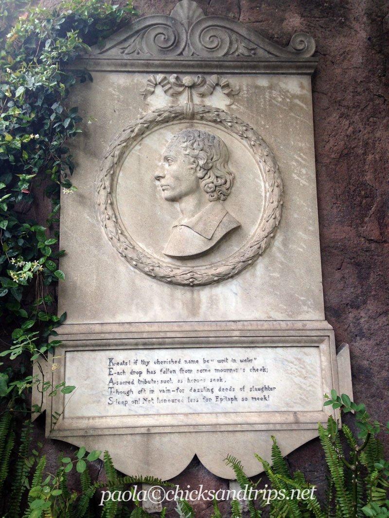La lastra marmorea dedicata a Keats