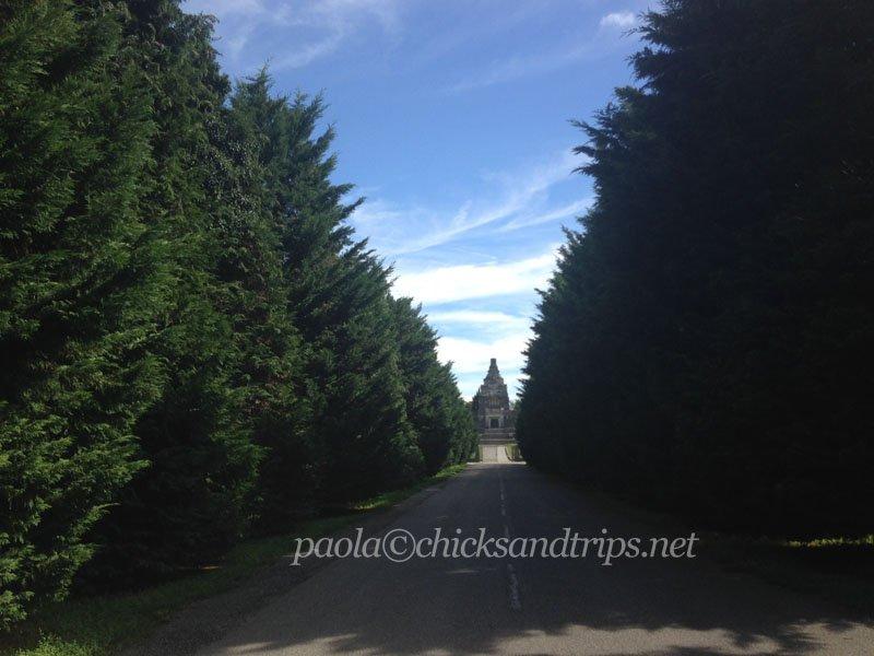 Il viale che porta al cimitero