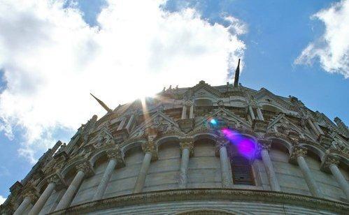 Con la reflex in piazza dei miracoli a Pisa