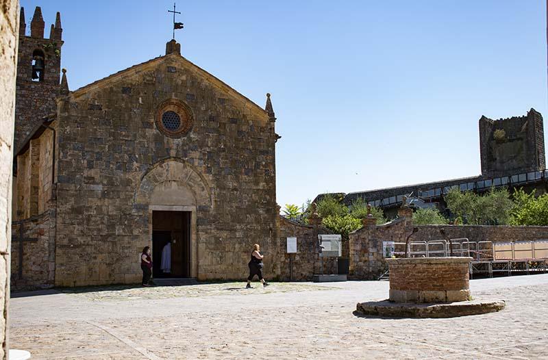 piazza roma monteriggioni chiesa pozzo
